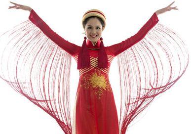 Hoang Anh porte l'Ao Dai «Sen Viet» pour l'élection Miss Terre